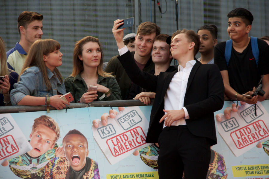 Meanwhile Caspar was busy posing for selfies with fans. He's a sweetie, ain't he?